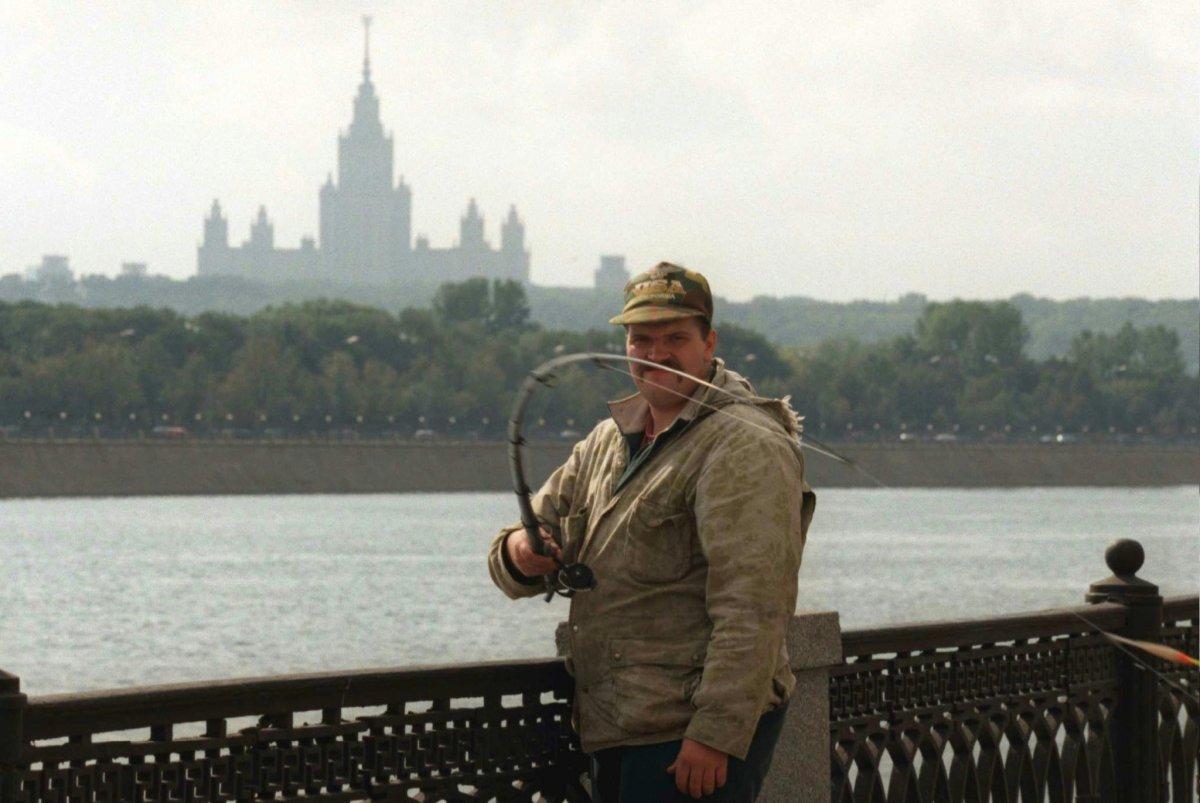 Reuters / Un pescatore russo lancia il suo amo mentre sta in piedi sulla riva del fiume Moscova, settembre 1996. Dozzine di pescatori lavoravano qui nonostante il grande inquinamento delle acque, affermando che il pesce fosse commestibile.