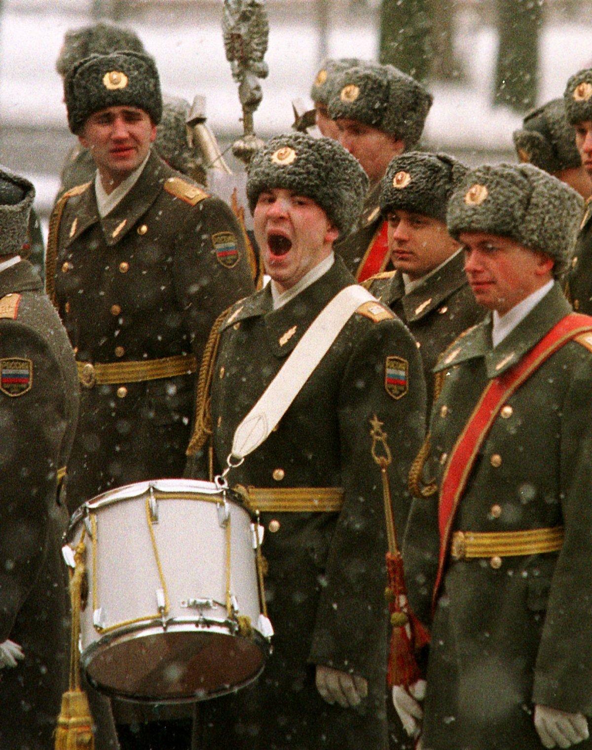 Reuters / Un soldato russo, membro dell'orchestra militare, sbadiglia prima della cerimonia per il Milite Ignoto, gennaio 1999.