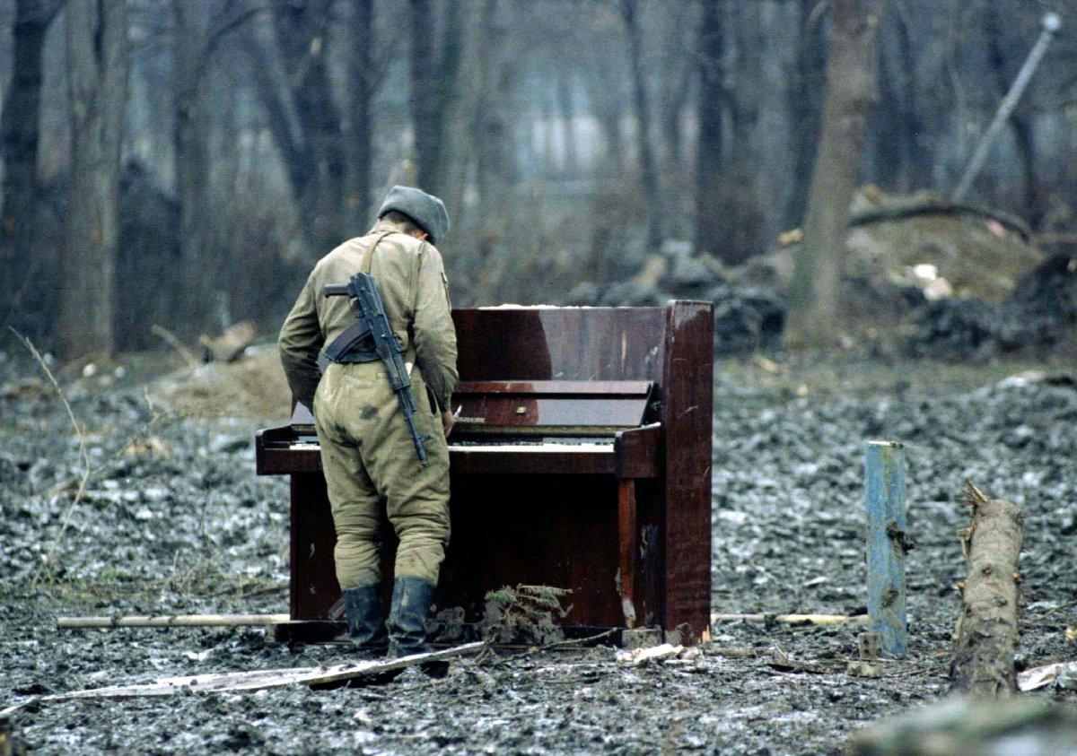 Reuters / Un soldato russo suona un pianoforte abbandonato nel parco di Grozny in Cecenia, il 6 febbraio 1995. Al tempo, l'armata Russa stava combattendo alcuni gruppi di guerriglieri ceceni nella città di Grozny durante la Prima guerra Cecena.