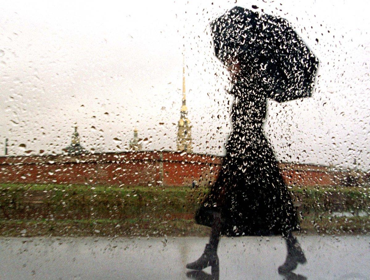 Reuters / Una donna vista attraverso il finestrino di un'automobile mentre cammina lungo la Neva, novembre 1998.