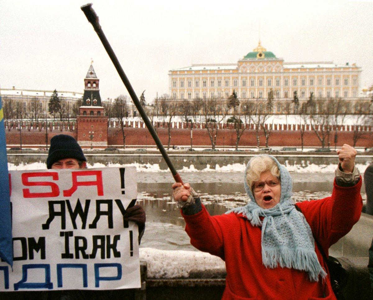 Reuters / Una donna protesta dinanzi all'ambasciata inglese nel dicembre 1998. I leader russi avevano appena denunciato i bombardamenti in Iraq da parte di missili inglesi.