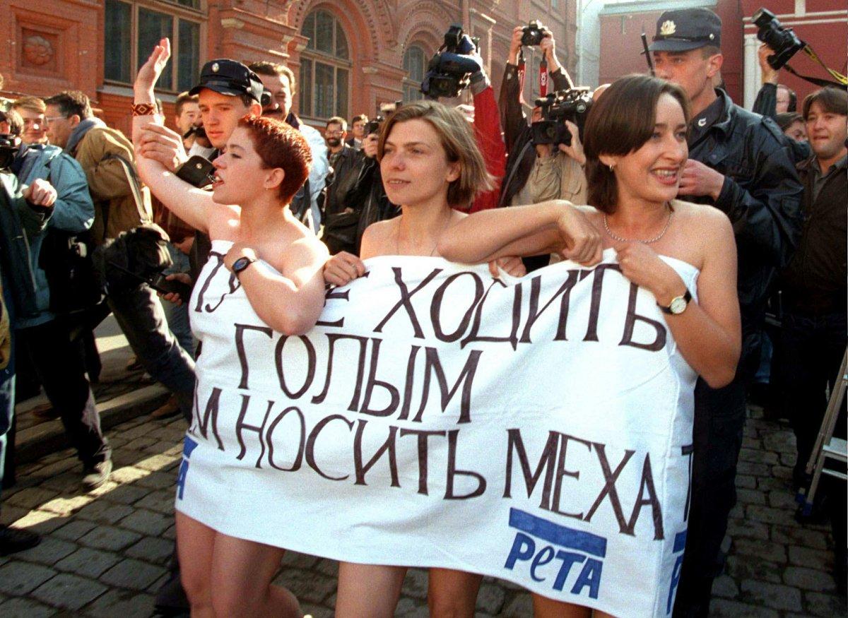 Reuters / Le attiviste animaliste del PETA vengono arrestate dalla polizia mentre dimostrano nude, coperte soltanto da uno striscione. Piazza Rossa, settembre 1996.