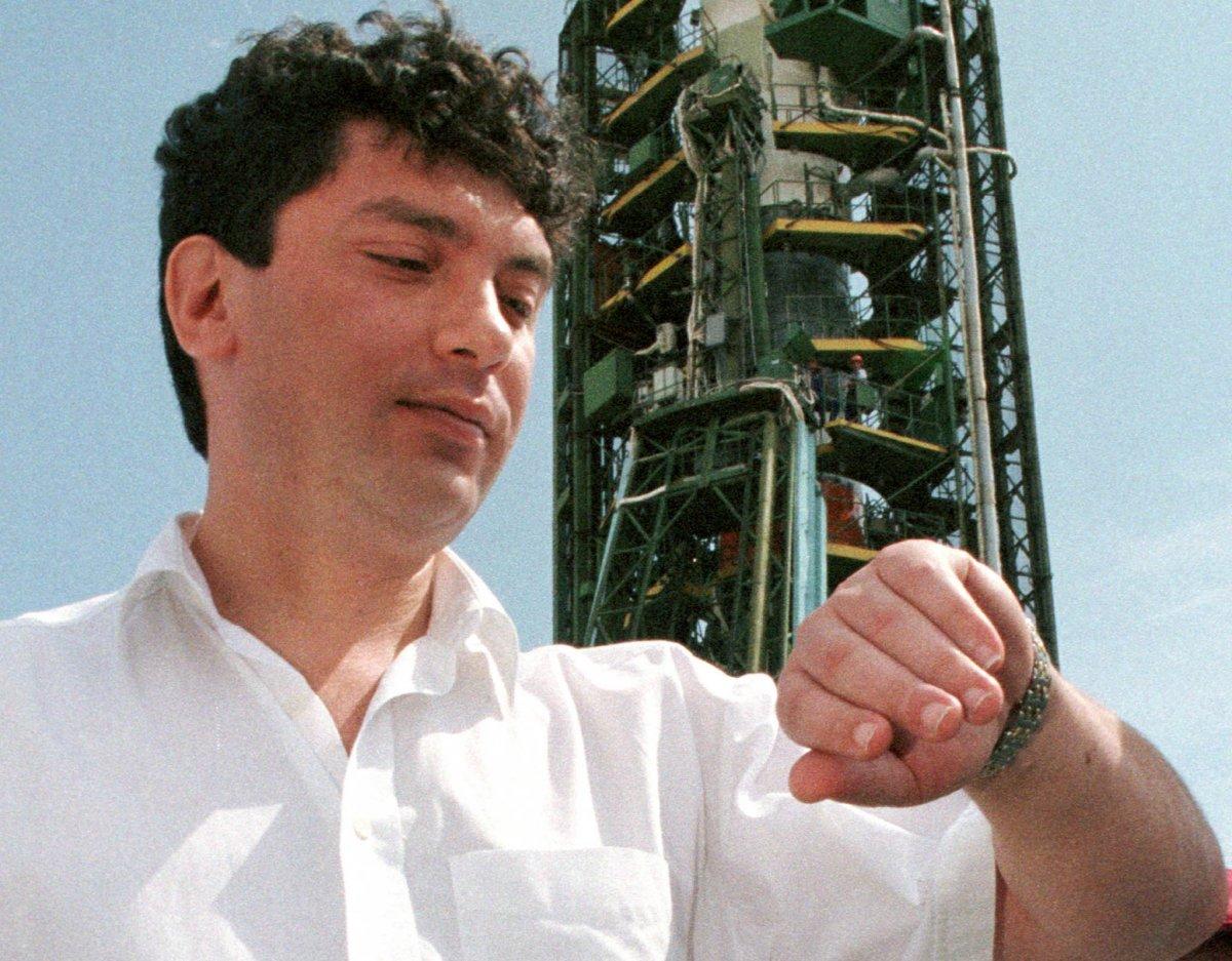 Reuters / Boris Nemtsov, che fu temporaneamente il primo ministro, controlla l'ora. Agosto 1998.