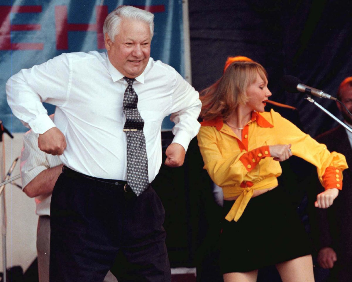 Reuters / Boris Eltsin balla accanto ad una cantante durante un concerto nella città di Rostov, giugno 1996. Al tempo, Eltsin era nella fase di campagna elettorale pre-elezioni in giro per la Russia.