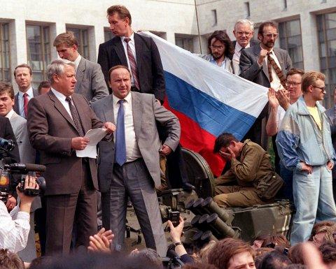 AP / Boris Eeltsin sul carro armando di fronte al parlamento russo a Mosca, 19 agosto 1991