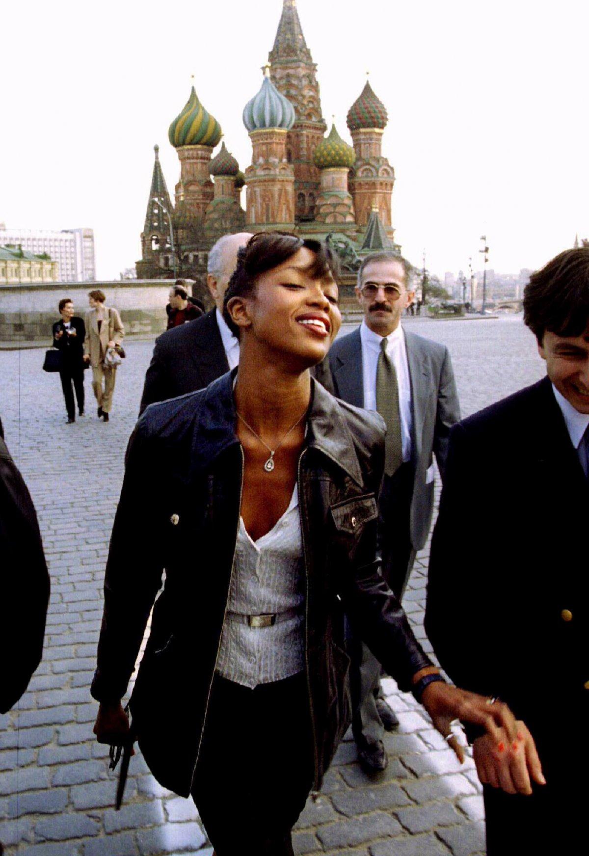 Reuters / La top model inglese Naomi Campbell passeggia nella Piazza Rossa a Mosca il 21 aprile 1995.