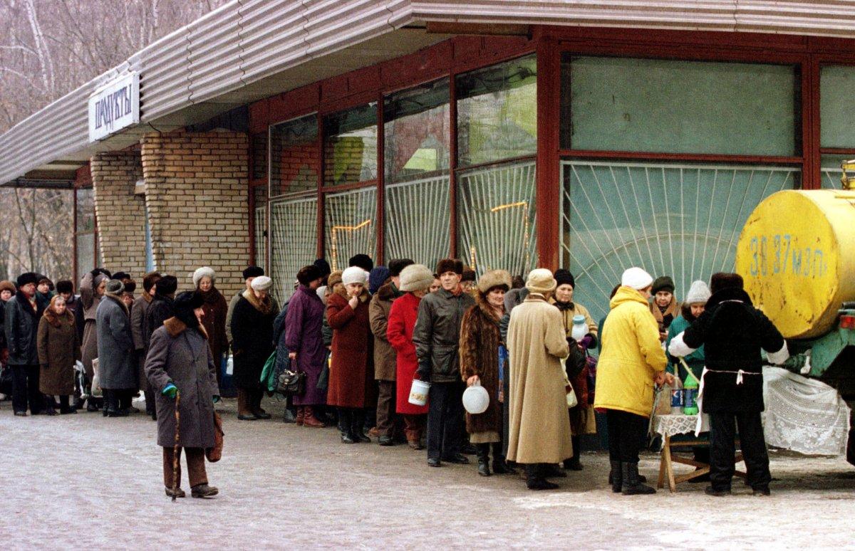 Reuters / La lunga fila per comprare latte economico ad est di Mosca, novembre 1998.