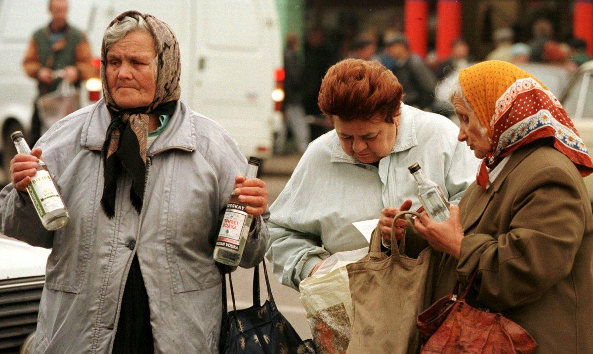 Reuters / Donne anziane vendono vodka economica in strada, Mosca, settembre 1998.