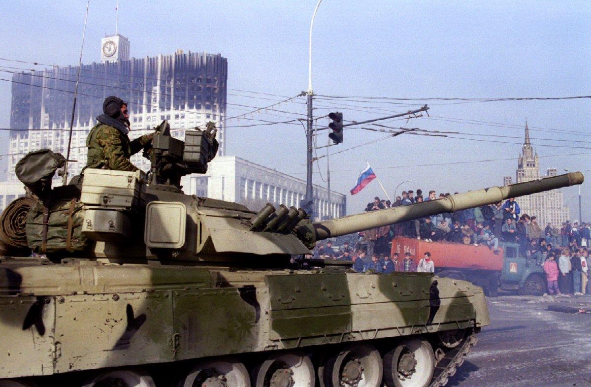 Reuters / Nel 1993 ci fu la presa di forza tra Boris Eltsin e il parlamento, che si concluse con l'uso della forza. Ad ottobre dello stesso anno, Eltsin ordinò all'esercito di liberare il parlamento dagli oppositori. Nella foto, un carro armato russo marcia proprio di fronte al palazzo presidenziale, 5 ottobre 1993