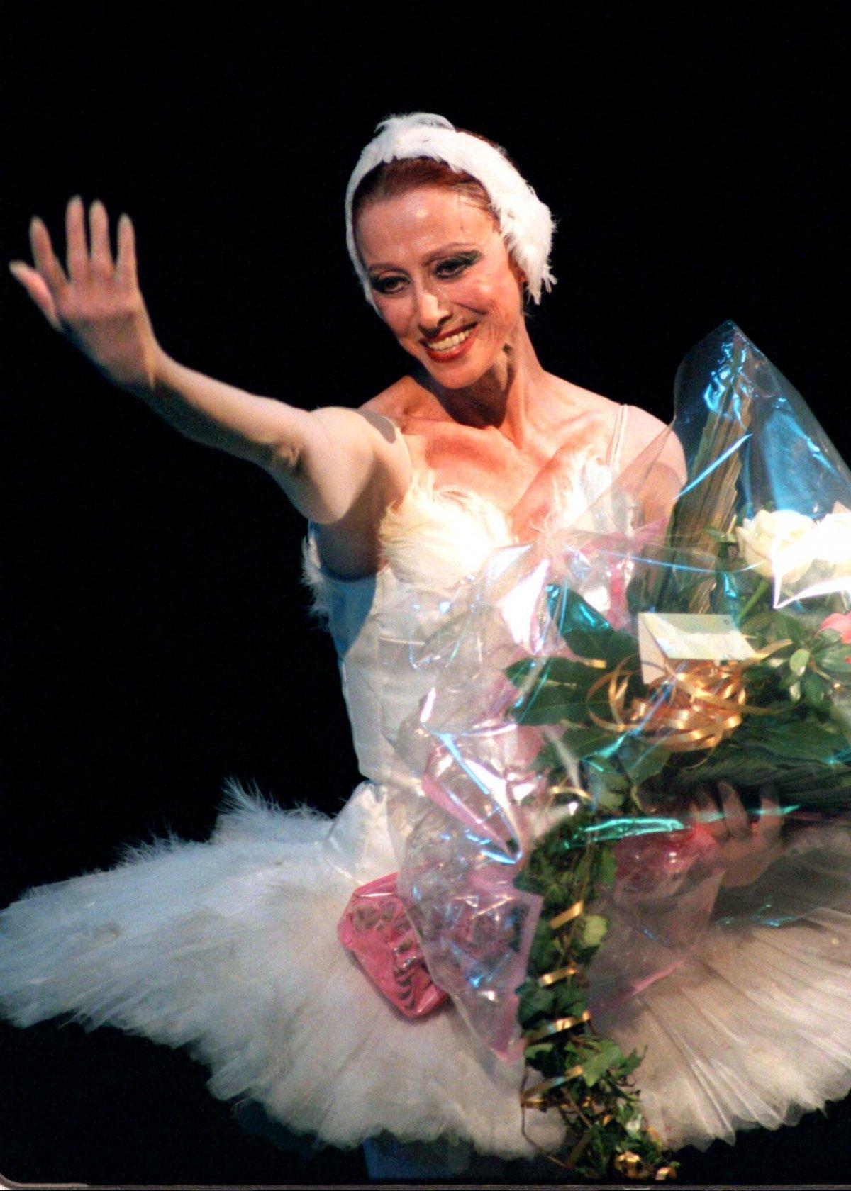 Reuters / La leggendaria ballerina Maya Plisetskaya sorride ai suoi ammiratori durante un concerto di gala al teatro Bolshoi, per festeggiare il suo 70esimo compleanno nel novembre 1995