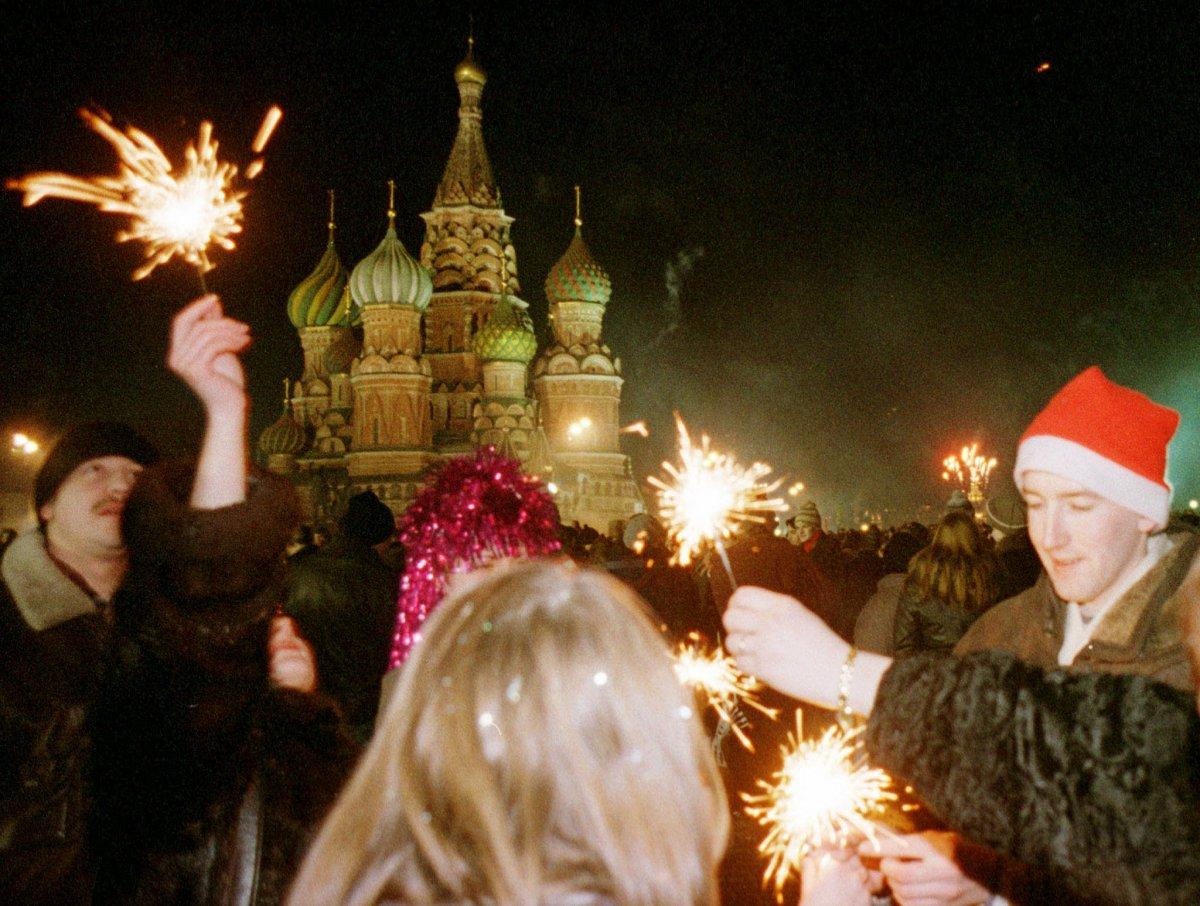 Reuters / Alcuni moscoviti celebrano l'anno nuovo nella Piazza Rossa, il primo gennaio 1999. Il presidente Boris Eltsin ammise che il 1998 fu un anno duro e che il futuro sarebbe dipeso dal duro lavoro dei russi.