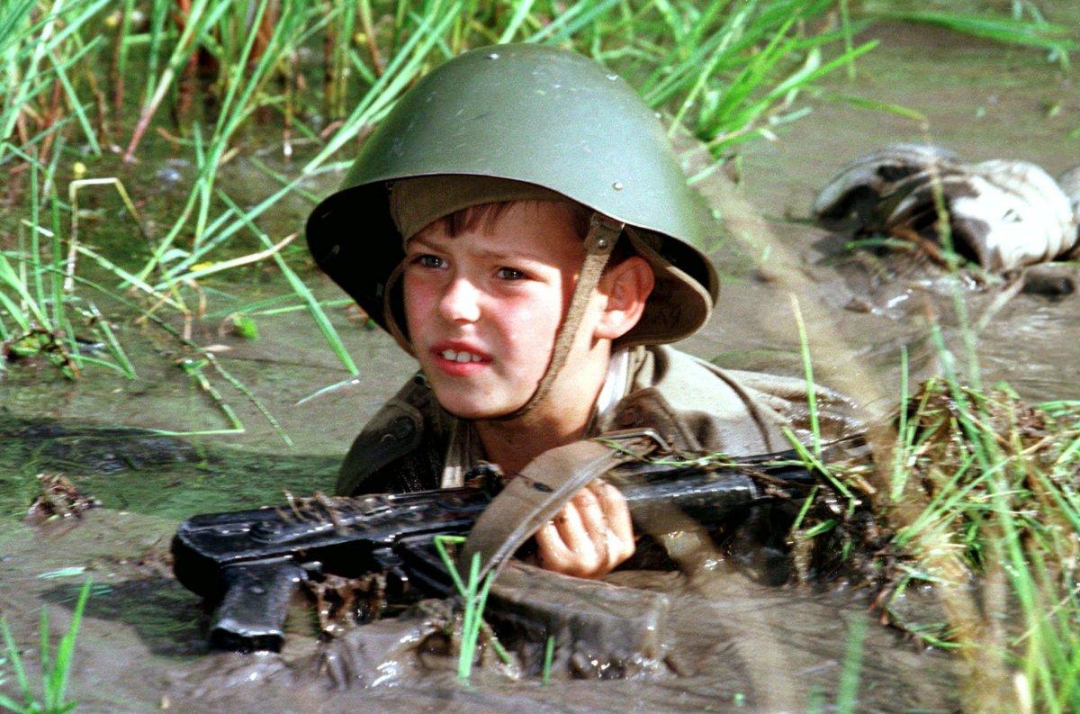 Reuters / Kolya, nove anni, si esercita nel fango nel luglio 1997. Più di quaranta ragazzi di età compresa fra i 9 e 17 anni, passavano le vacanze estive al campo militare per ragazzi preparandosi per il futuro servizio dell'esercito russo.