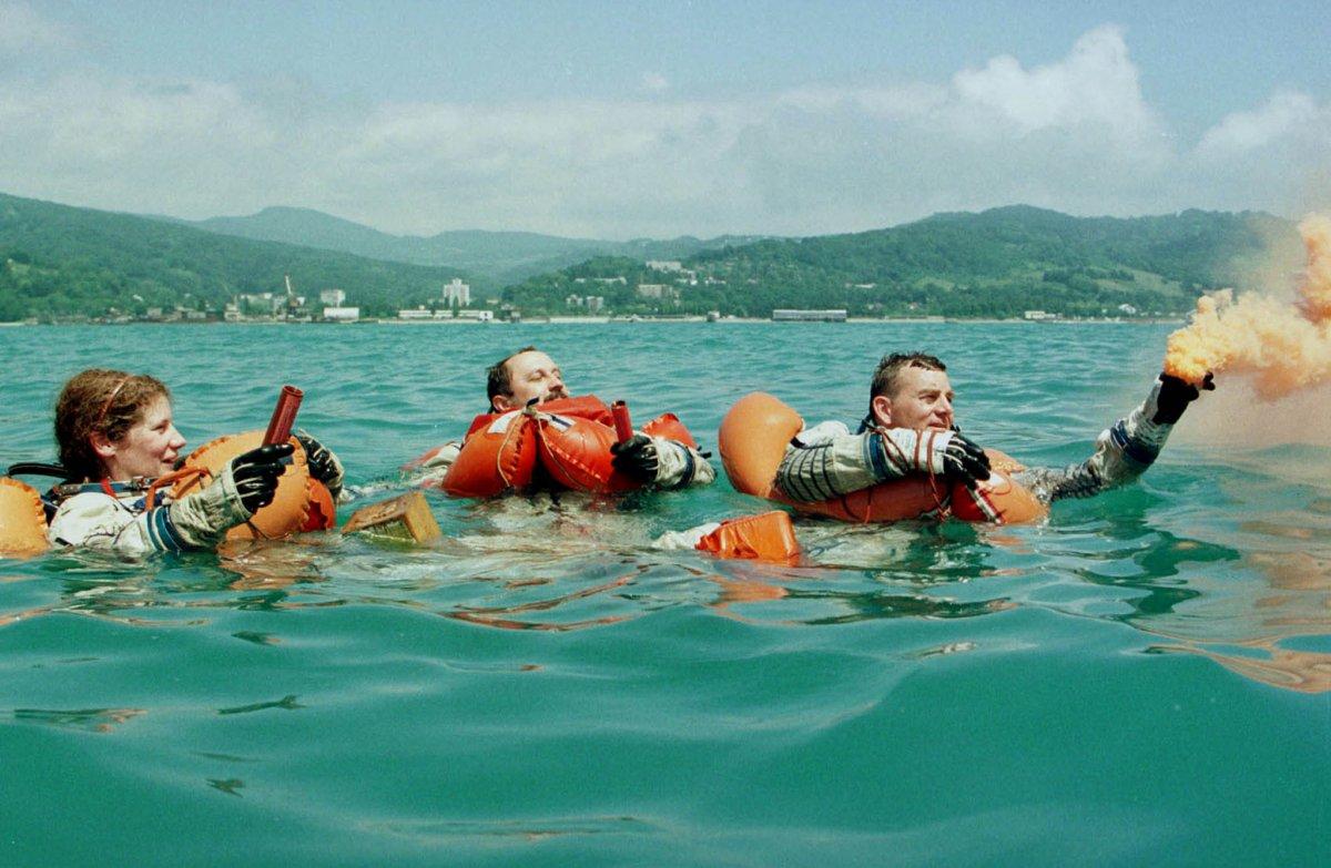 Reuters / L'astronauta russo Yuri Usachev (al centro) e i suoi colleghi americani James Voss e Susan Helms si allenano nelle acque del Mar Nero vicino la città di Adler, giugno 1998.
