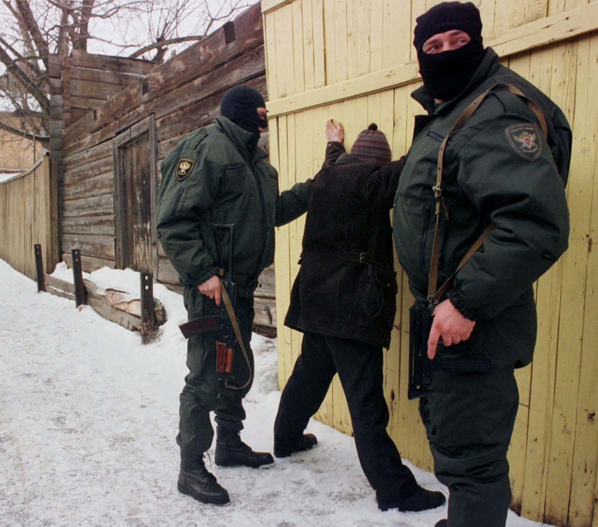 Reuters / Due uomini della polizia fiscale russa arrestano un sospetto a Serpukhov, 100km da Mosca, febbraio 1999.