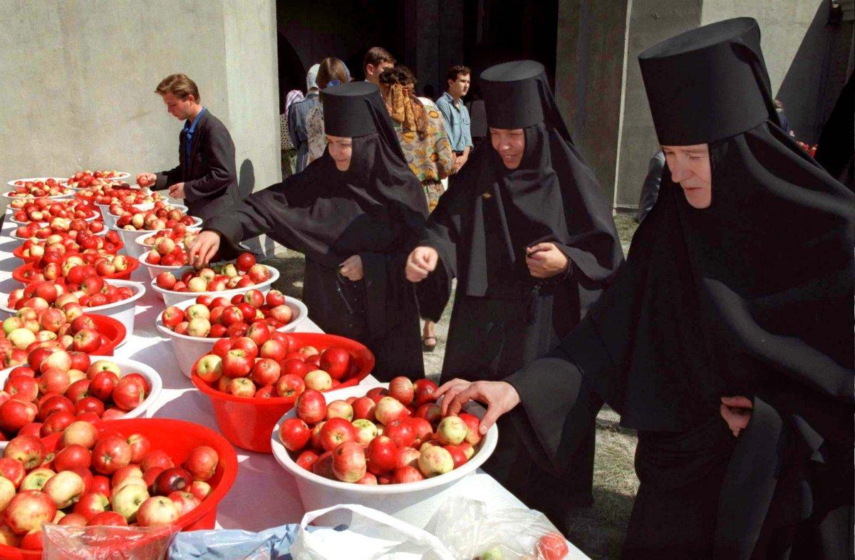 Reuters / Suore ortodosse scelgono delle mele che sono state cosparse di acqua santa, Mosca centrale, agosto 1996.