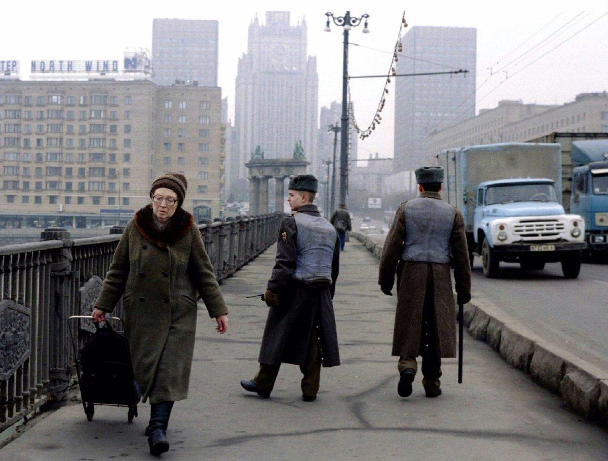 Reuters / Soldati russi indossano giubbotti antiproiettile mentre pattugliano le strade a Mosca, marzo 1995.