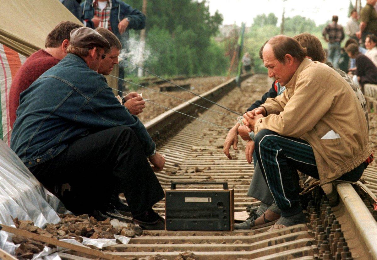 Reuters / Alcuni minatori riposano sui binari a Shakhty, maggio 1998. Al tempo, i minatori bloccarono l'estrazione in segno di protesta per i salari non ricevuti, bloccando la linea ferroviaria Trans-Siberiana per un mese.