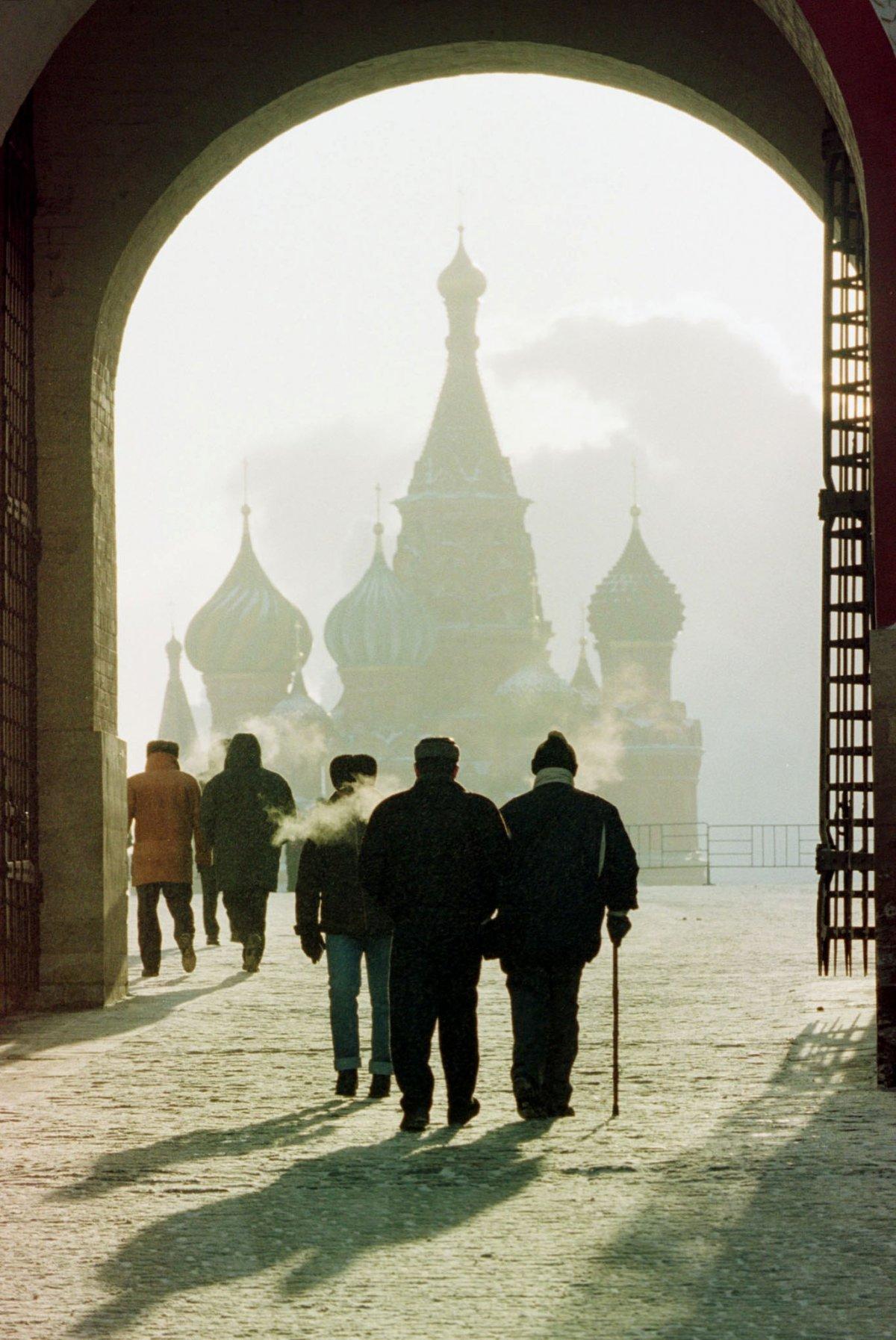 Reuters / Alcuni turisti passeggiano per le porte della Cattedrale di San Basilio, Piazza Rossa, 3 febbraio 1999. Quell'anno la temperatura scese sotto i -25*.