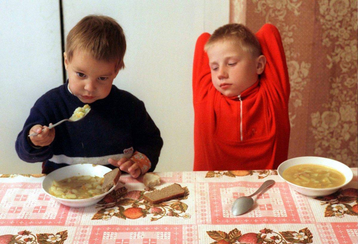 Reuters / Due bambini all'orfanotrofio della chiesa Santissima Trinità della città di Vyazma, a 250km ovest di Mosca, maggio 1996.
