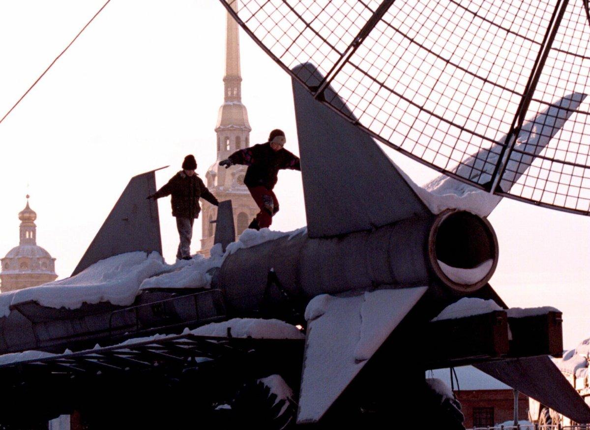 Reuters / Due ragazzini giocano un missile terra-aria in mostra al museo di San Pietroburgo, gennaio 1997.