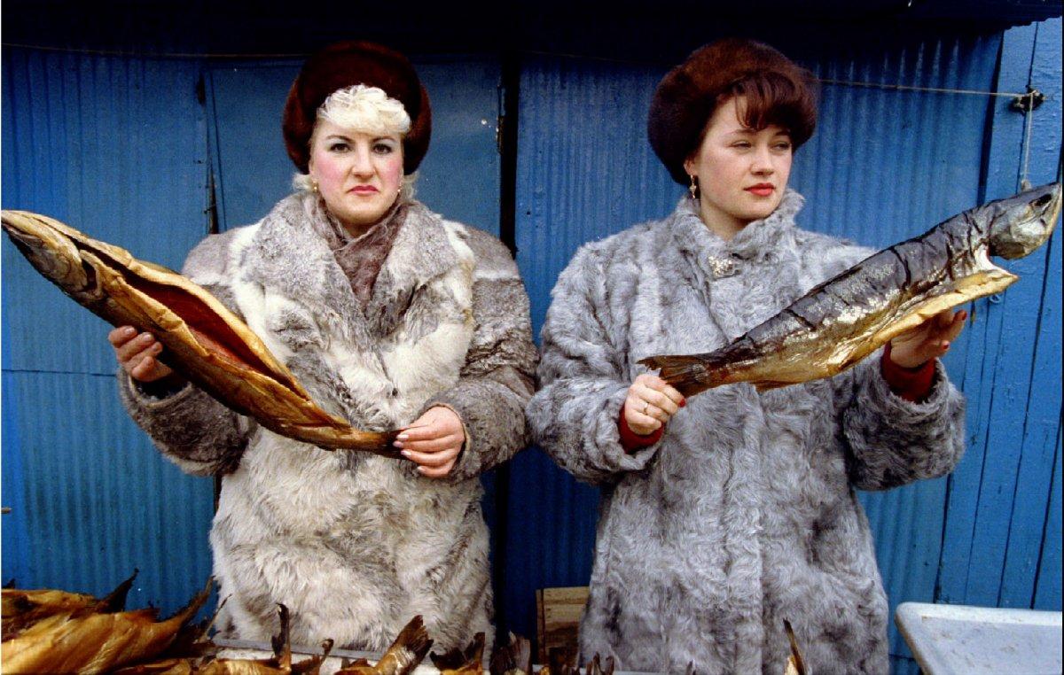 Reuters / Due donne mostrano i pesci in vendita al mercato centrale di Petropavlosk, la capitale delle penisola di Kamchatka, marzo 1993